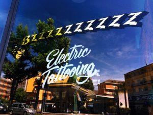 Insegna tattoo - insegna foglia oro su vetro Verona - Brescia - Milano
