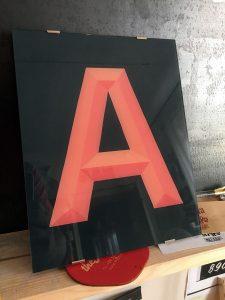 Lettera vintage dipinta a mano su vetro effetto tridimensionale