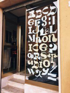 Vetrina negozio dipinta a mano con alfabeto personalizzato