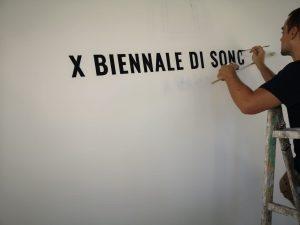 logo dipinto a mano biennale di soncino