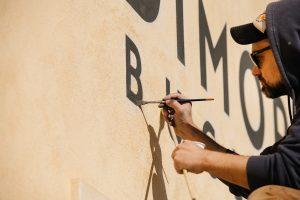 insegna-dipinta-su-muro-per-negozio