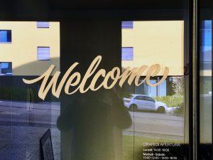 scritta welcome dipinta su vetro