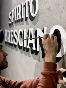 insegna-scritta-su-parete-murale-brescia